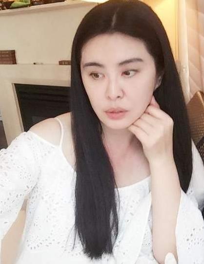 王祖贤在国外靠什么生活:王祖贤退出娱乐圈靠什么生活